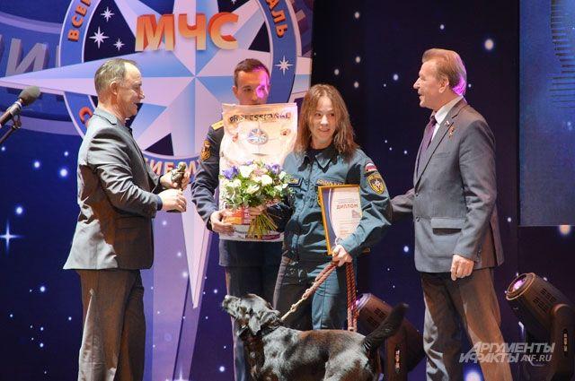Награду они получали вдвоём - кинолог Ирина Бондарь и лабрадор Юта.