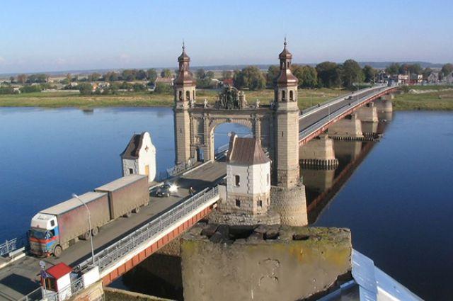 В Советске засыпали провал на набережной у моста Королевы Луизы.