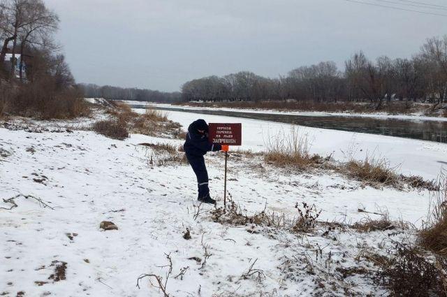 Рыбачить нельзя: спасатели проверили лед на реке Урал.