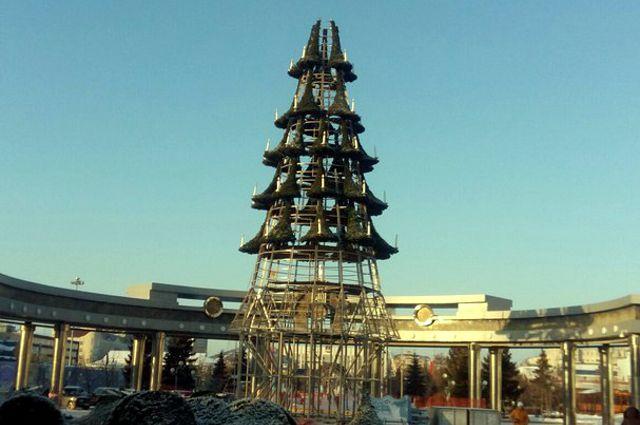 В Тюмени на Цветном бульваре устанавливают главную елку города