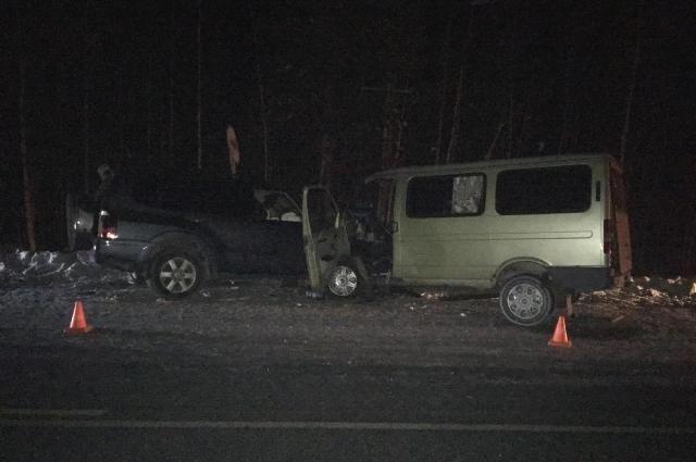 Под Нижневартовском столкнулись микроавтобус илегковушка. Пострадали шесть человек