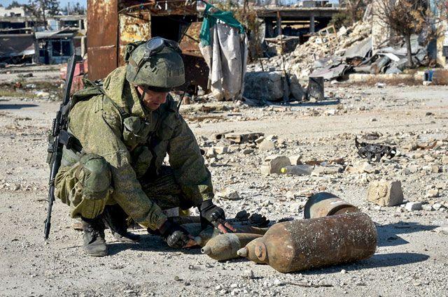 Сапер Международного противоминного центра ВС РФ разминирует территории в Алеппо.
