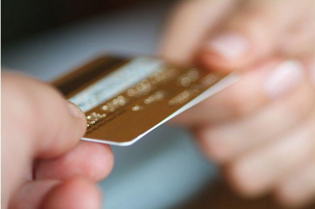 В Новокузнецке продавщица украла с карты покупателя 20 000 рублей .