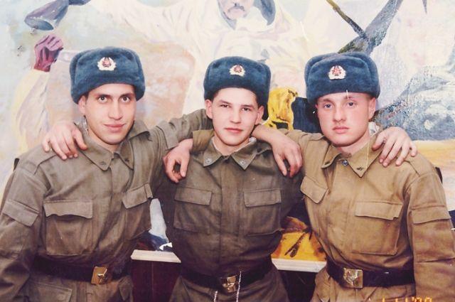 Герой России Евгений Капустин - крайний справа.