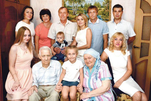Семья Захаровых в полном составе.