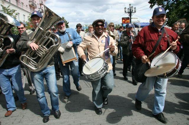 Джазовый фестиваль на Кировке привлекал не только любителей музыки, но и обычных зевак.