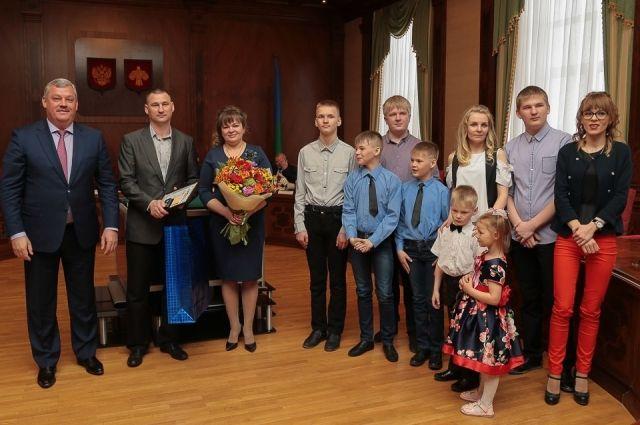Весной глава Коми Сергей Гапликов вручил Щукиным премию - 100 тыс. руб., а осенью семью поздравляла зампредседателя Правительства РК.