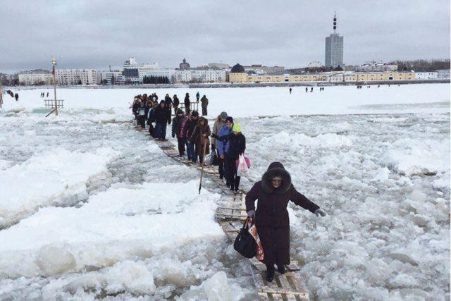 Жители Кегострова учатся ходить по воде