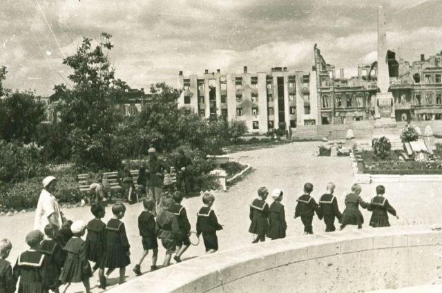 Старшая группа детского сада на улицах разрушенного Сталинграда.