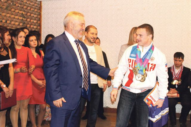 Александр Жуков вручил подарки и благодарственные письма спортсменам.