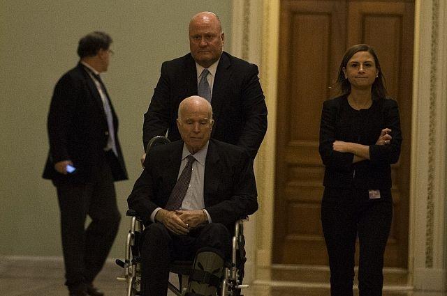 Сенатора Маккейна положили в больницу из-за раковой опухоли