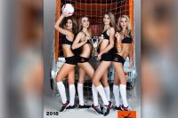 Календарь с девушками посвящён теме футбола.