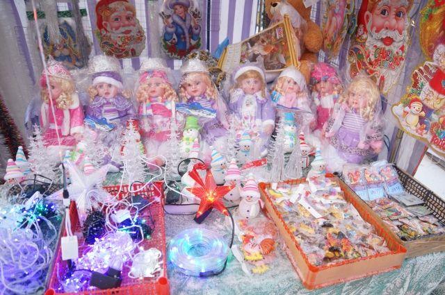 На ярмарках можно купить новогодние украшения, живые и искусственные ели, игрушки, изделия народных промыслов и сувениры ручной работы.