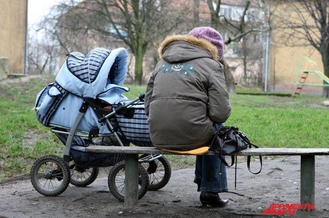 Под Калининградом женщина бросила у автоцентра коляску с маленьким сыном.