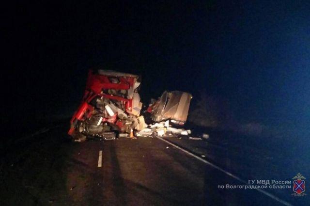 Под Камышином столкнулись две фуры: один шофёр умер