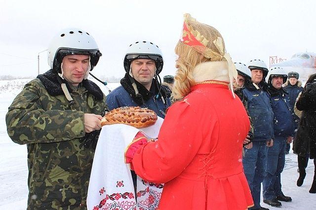Летчиков встретили хлебом-солью.