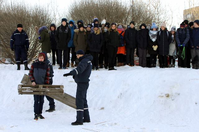 Тюменских школьников обучили приемам спасения в случае провала под лед