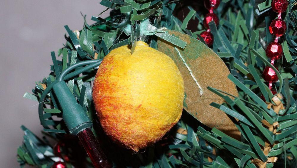 На хвойных ветках появляются лимоны...