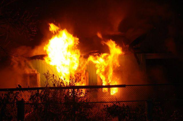 Изгорящего дома вТюмени пожарные спасли двоих детей