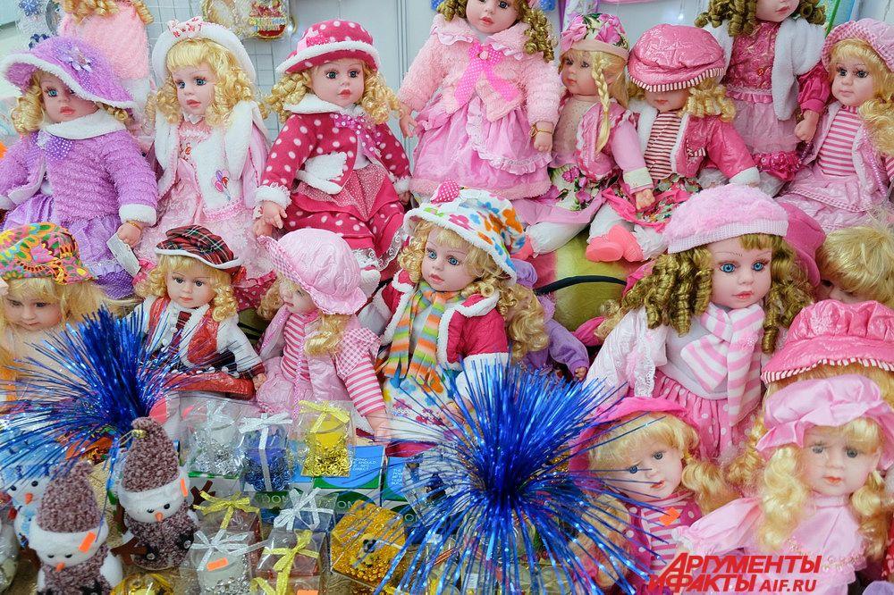 На выставке можно увидеть новогодние сувениры, начиная от игрушек и заканчивая одеждой и праздничной едой.