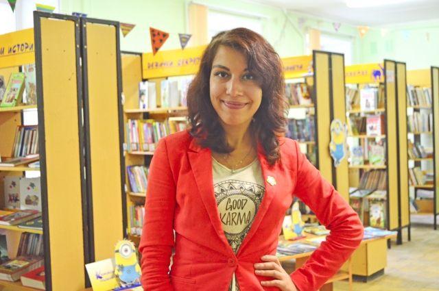 Молодой библиотекарь изобретает всё новые формы привлечения посетителей, которым старается привить любовь к книгам.