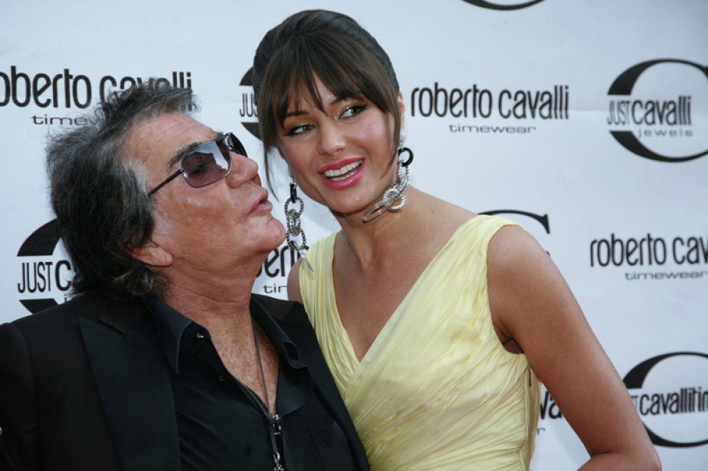 Кутюрье Роберто Кавалли и телеведущая Оксана Федорова во время эксклюзивной презентации новой коллекции часов Roberto Cavalli в галерее Зураба Церетели на Пречистенке. 2008 год.
