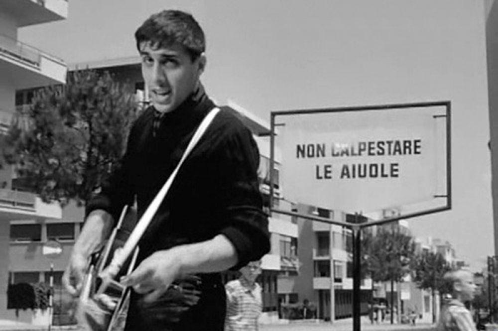 Первой работой Челентано в кино стало участие в фильме Лучио Фульчи «Ребята и музыкальный автомат» (1959, на фото), затем он снялся в эпизодической роли рок-певца в картине Федерико Феллини «Сладкая жизнь» (1960).