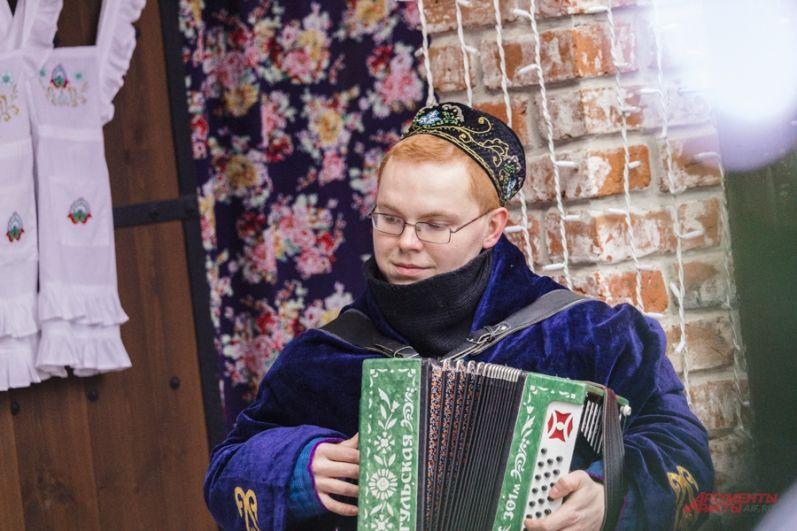 Неотъемлемым атрибутом праздника была песня и игра на гармошке.