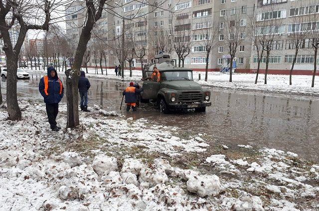 ВПензе наулице Мира устраняют крупную трагедию водопровода