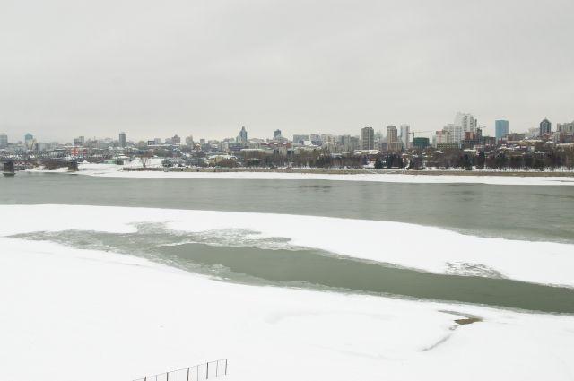 выходить на неокрепший лёд смертельно опасно.