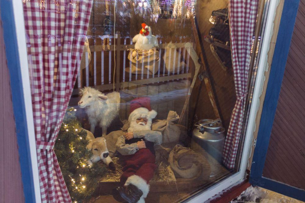 Пообщаться с зимним волшебником и рассказать ему о своих желаниях можно в доме Деда Мороза.