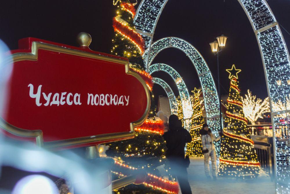 Кроме того, в центре Сказочного городка на открытой сцене проходят 15-минутные спектакли, а рядом есть теплый сферический кинотеатр, где все праздники будут крутить новогодние мультфильмы.