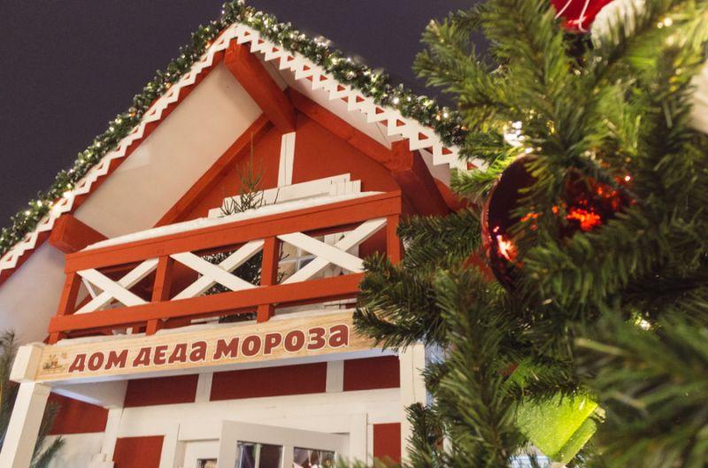 Около сцены стоят домики, в которых игрушечные эльфы пьют чай, украшают елку и упаковывают подарки. Любоваться ими можно с улицы.