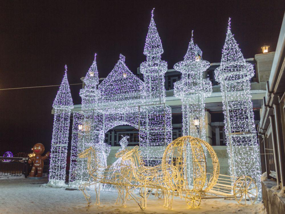 Вход в Сказочный городок стоит 350 рублей. Он будет работать до 28 января. После чего Дед Мороз попрощается с ребятишками и отправится в отпуск.
