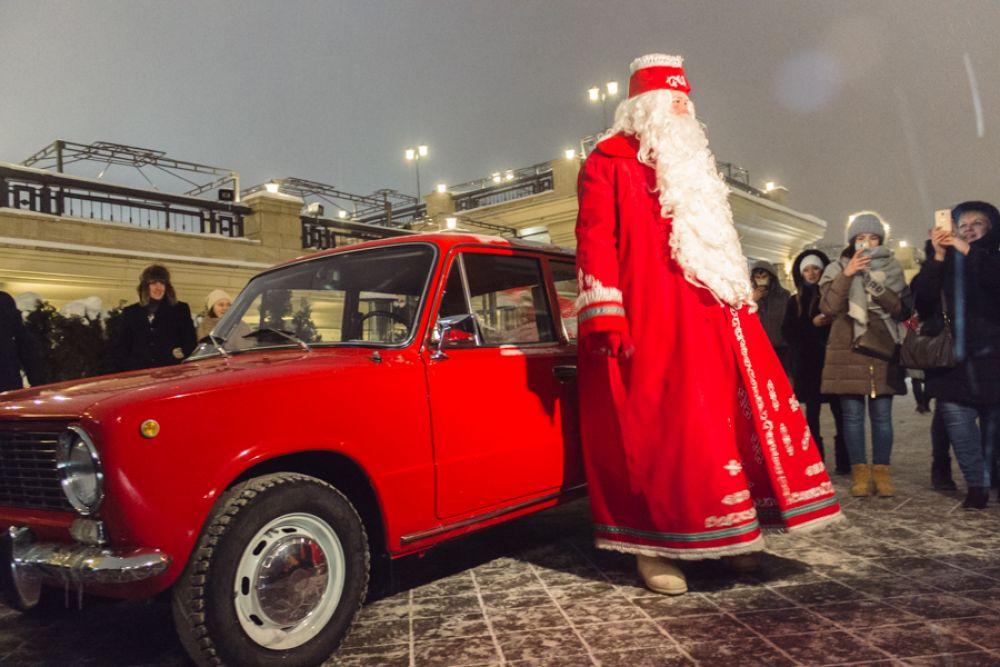 16 декабря гостей праздника поприветствовал Дед Мороз. Он заехал на набережную в красных «Жигулях» и с помощью детворы помог зажечь елку.