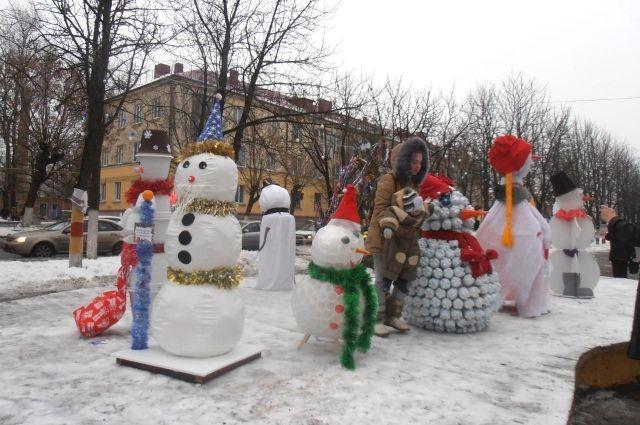 Набережную Тюмени украсили самобытные снеговики