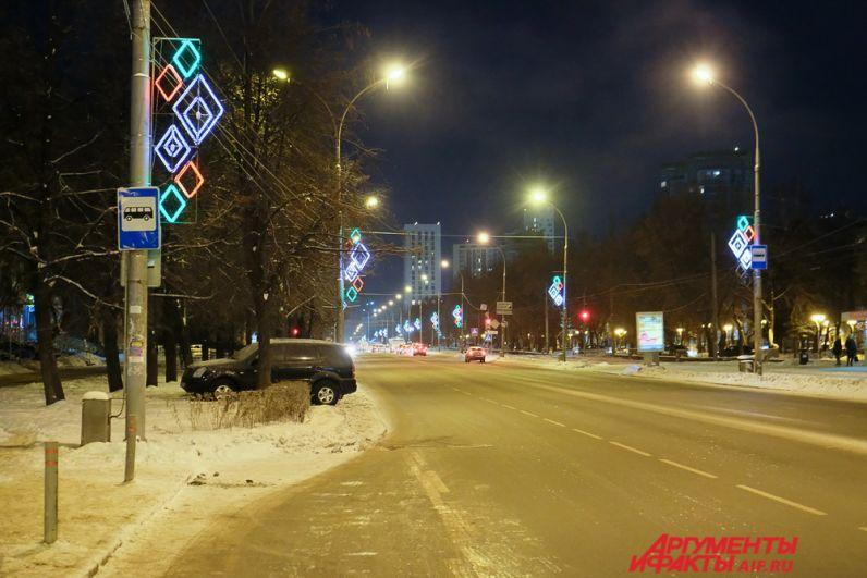 В вечернее время яркие кронштейны с ромбиками загораются на улице Сибирской.