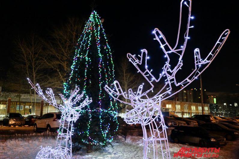 Жители города в преддверии Нового года самостоятельно оформили дворы и площадки около своих домов.