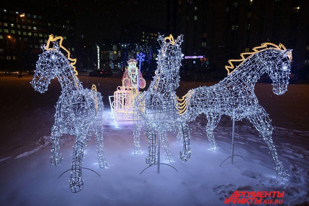 Площадь перед Центральным рынком украсила фигура Деда Мороза, управляющего лошадьми в упряжке. Световая композиция называется «Тройка».