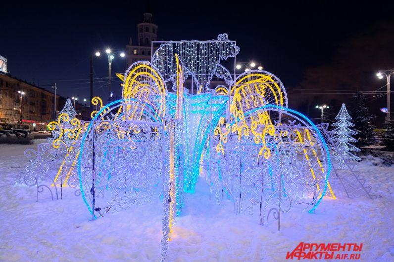 На Комсомольской площади установили световую конструкцию «Медведь».