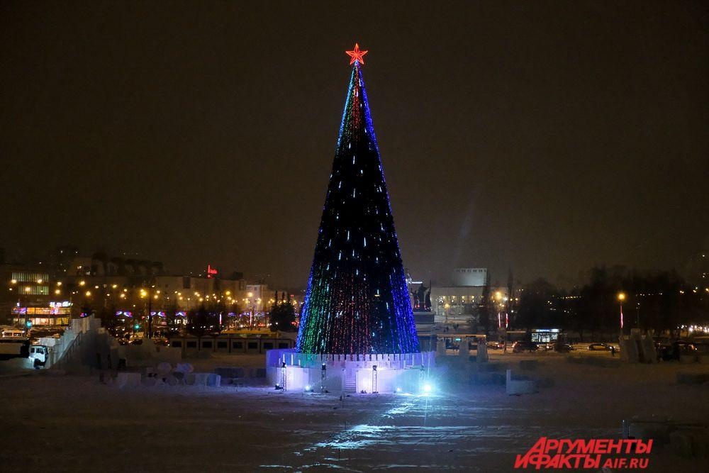 На эспланаде зажглись огни на главном символе Нового года – городской ёлке.
