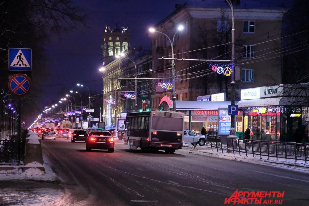 Цветные конструкции в форме колец украсили Комсомольский проспект.