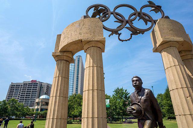 Памятник Пьеру де Кубертену. Сентенниал-Олимпик-Парк, Атланта, штат Джорджия, США.