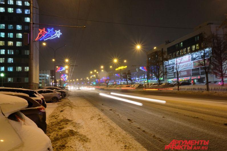 На улице Ленина сияют красные, синие и белые звёзды.