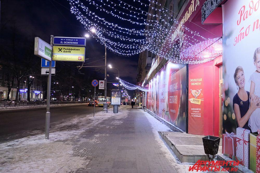 К Новому году празднично украшены территории и фасады предприятий, торговых центров, кафе и магазинов.