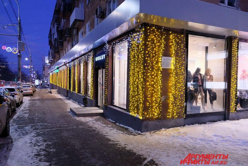 В новогоднем оформлении улиц города используют современные световые технологии и оборудование.