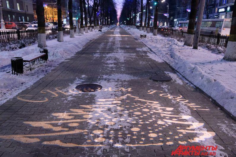 Светодиодные кронштейны и яркие арт-объекты будут радовать жителей и гостей города до конца января – начала февраля следующего года.
