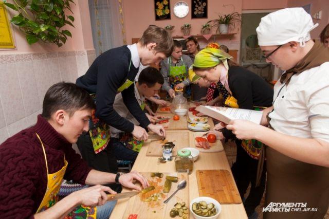 Чтобы познакомиться поближе, воспитанники детского дома предложили нефтепроводчикам поучаствовать в кулинарном конкурсе