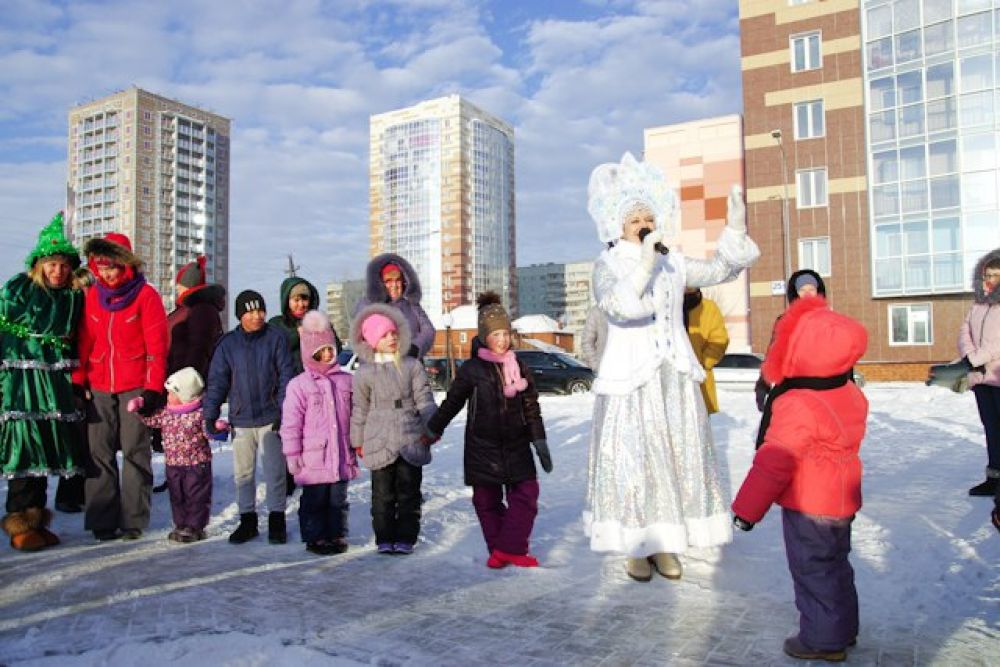Снегурочка пообещала проследить, чтобы Дедушка выполнил в новогоднюю ночь все желания, которые загадают. Настроение у всех было отличное.