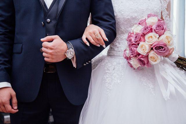 И вот однажды он встал перед ней на колени, протянул коробочку с очень красивым кольцом и попросил выйти за него замуж.